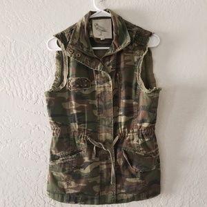 Jackets & Blazers - Camo Vest Size Medium